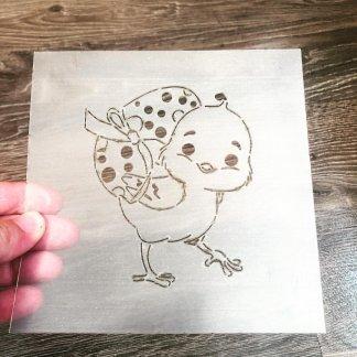 Трафарет «Цыпленок держит яичко»